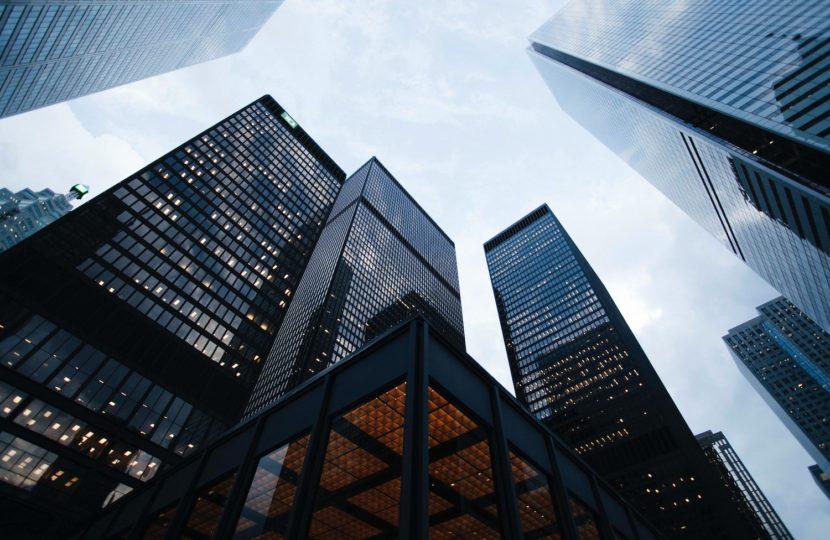 Virus, finanza ed effetti collaterali: una trama di correlazioni